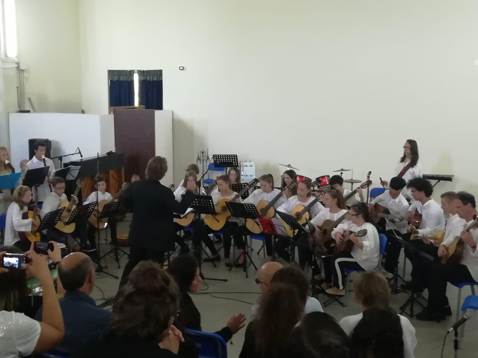 Gli alunni alla Lezione-Concerto di Chitarre di...